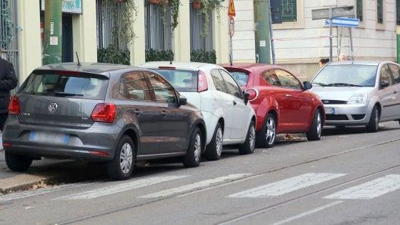 Milano, fotografa l'auto parcheggiata sulle strisce: ciclista aggredita dai proprietari