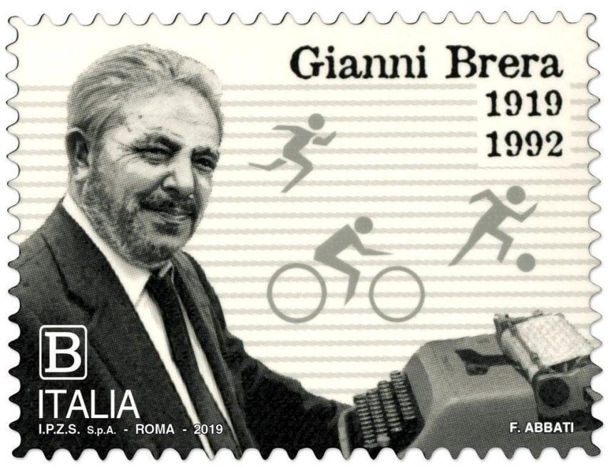 Gianni Brera con la sua amata macchina da scrivere: il francobollo celebrativo per il centenario