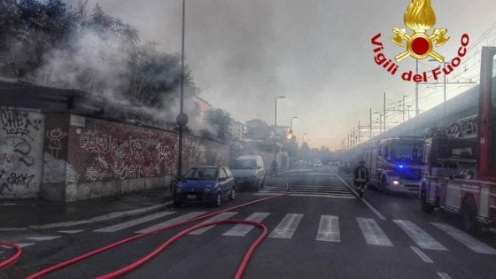Milano, a fuoco l'area dismessa rifugio dei senzatetto vicino alla stazione Centrale