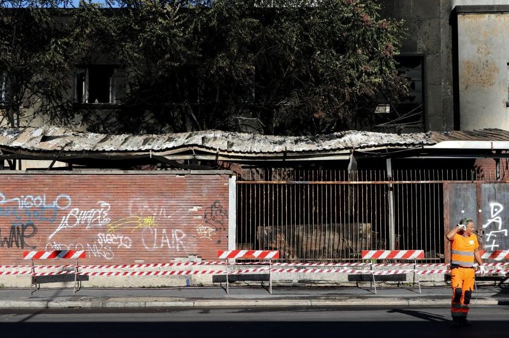 Fiamme in via Sammartini a Milano: distrutta l'area dismessa dell'ex mercato del pesce