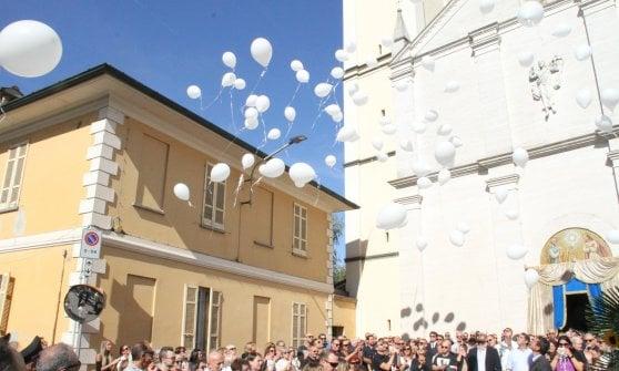 Andrea Zamperoni, centinaia di persone e palloncini bianchi ai funerali dello chef morto a New York