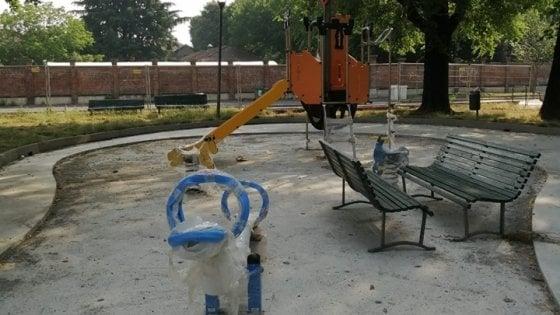 Milano, i vandali devastano il cantiere dell'area giochi di periferia: danni per migliaia di euro