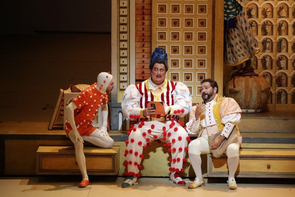Alla Scala torna L'elisir d'amore di Donizetti con le poetiche scene di Tullio Pericoli