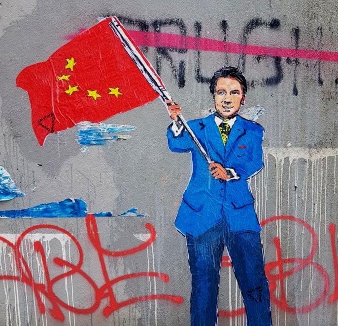 Conte 'sarto' del nuovo governo giallorosso con la bandiera simil-cinese: il murales a Milano