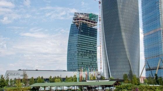 Mini gru cade dal 29esimo piano della torre Libeskind a City Life: distrutti materiali alla base del cantiere