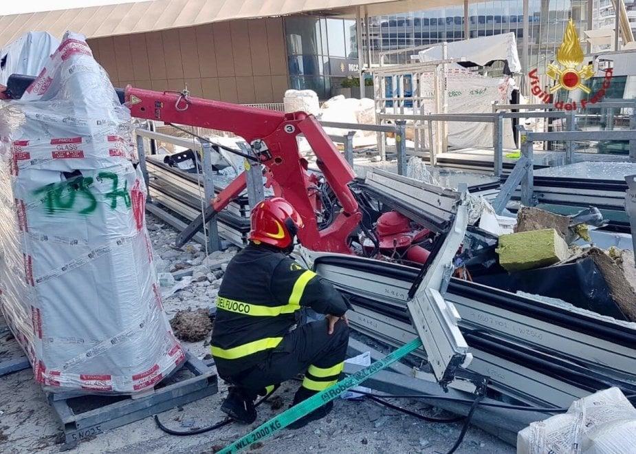 Il volo da 170 metri e lo schianto: crolla una gru sul grattacielo di City Life