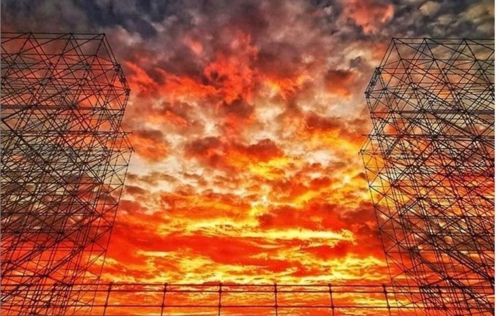 Milano, il tramonto è un effetto speciale naturale: dal palco di Jovanotti al Castello, gli scatti su Instagram