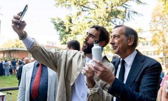 Primo giorno di scuola a Milano: Sala e Mengoni distribuiscono le borracce anti-plastica agli studenti