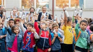 Rientro a scuola, Sala e Mengoni regalano borracce plastic free agli studenti ·   Foto