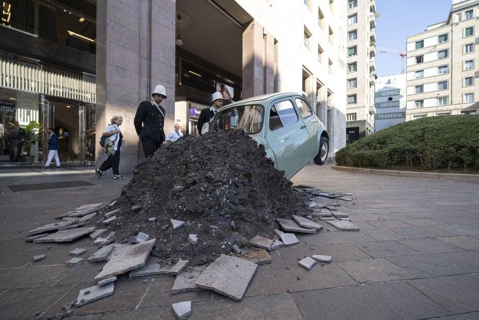 Una 500 d'epoca 'schiantata' in piazza San Babila: l'installazione per annunciare i lavori sull'ex garage Traversi