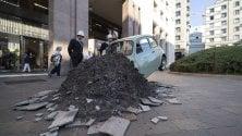 Una 500 d'epoca 'schiantata' in piazza San Babila: annunciati così i lavori sull'ex garage Traversi