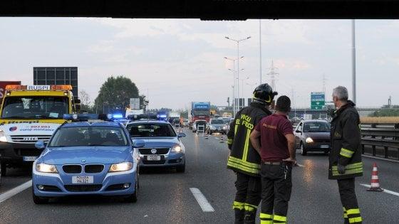 Milano, incidente in Tangenziale: tir sbalza motociclista nella corsia opposta, muore 53enne