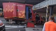 Malpensa, mezzo dei vigili del fuoco incastrato a bordo pista     ·  Video