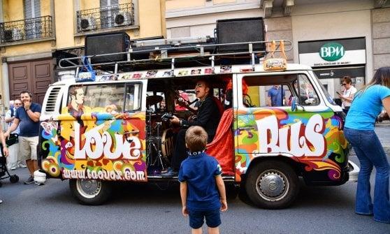 Milano, festa dei motori in corso Buenos Aires, tra supercar, auto d'epoca e giochi per i bambini