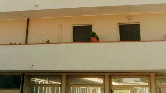 Bambino precipita dal balcone, salvato dal benzinaio di fronte casa: lo ha preso al volo