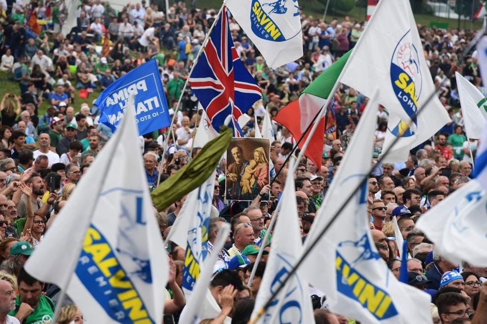 Pontida, slogan contro il governo e immagini sacre: i leghisti inneggiano a Salvini