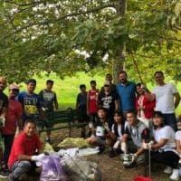 Varese, la comunità filippina ripulisce il parco pubblico dopo le feste