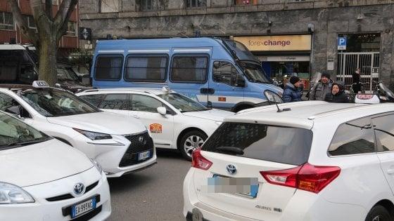 Milano: no alle nuove licenze, scatta l'agitazione dei tassisti