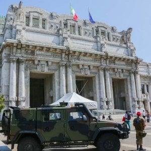 Milano, ferisce con le forbici un militare davanti alla stazione Centrale: arrestato dai carabinieri