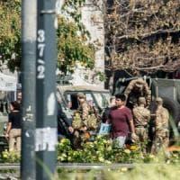 Milano, ferisce un militare davanti alla stazione Centrale: la Procura contesta