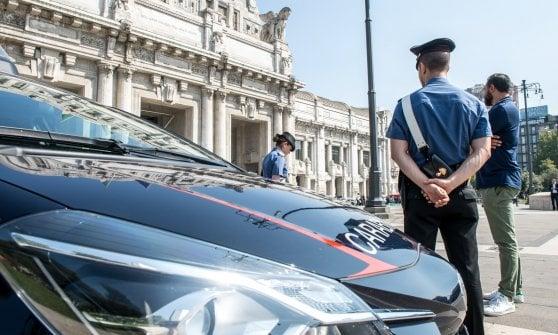 Milano, ferisce un militare davanti alla stazione Centrale: la Procura contesta la finalità terroristica