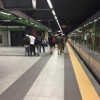 Milano, sul metrò fingono di aiutare una turista con le valigie e le rubano