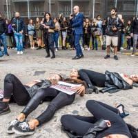 """""""A ognuno il proprio manto"""": la protesta animalista davanti alla Bocconi di Milano"""