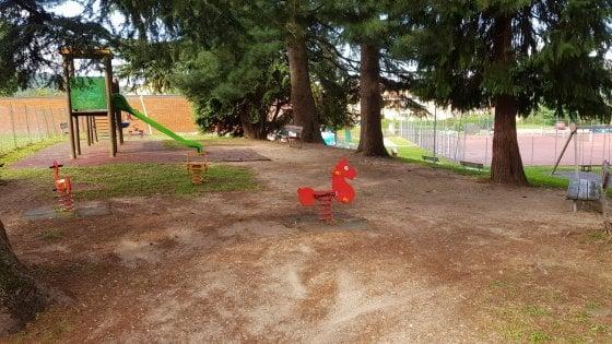 Vandalizzano il giardino pubblico, poi si pentono e puliscono le strade del paese