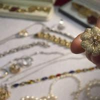 Milano, si finge nipote di un'anziana e si fa consegnare gioielli per 150