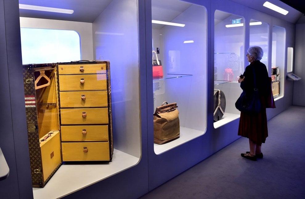 I bauli, gli abiti e le borse celebri di Louis Vuitton esposti nella capsula del tempo a Milano