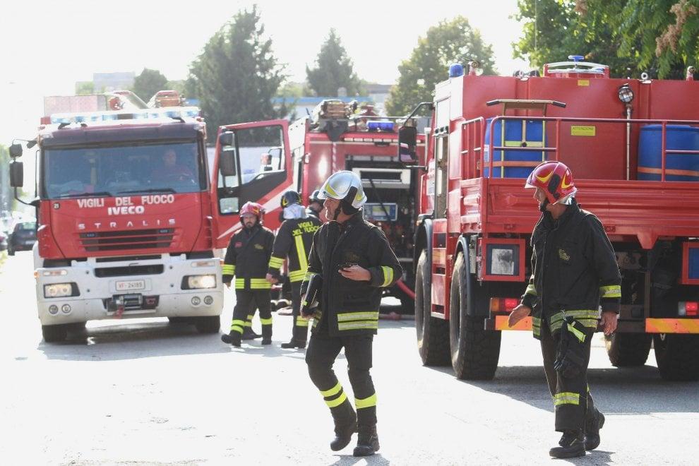 Trezzano, brucia una fabbrica di cannabis: pompieri al lavoro per spegnere il rogo