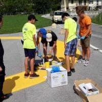 I ragazzi delle scuole medie realizzano la pista di atterraggio per l'elisoccorso del Bresciano