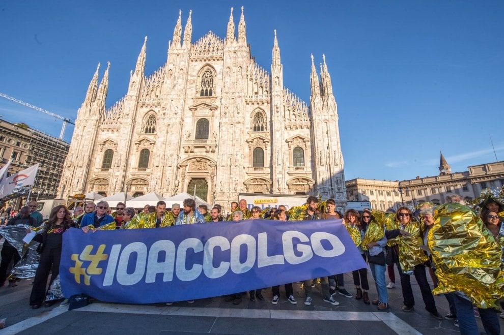 Coperte termiche in piazza Duomo a Milano: il flash mob di 'Io accolgo' per non dimenticare le morti dei migranti