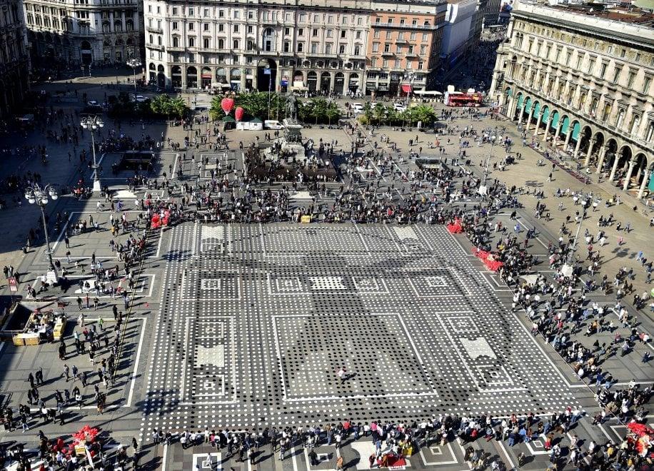 In piazza Duomo a Milano 10 mila piatti vuoti contro la fame