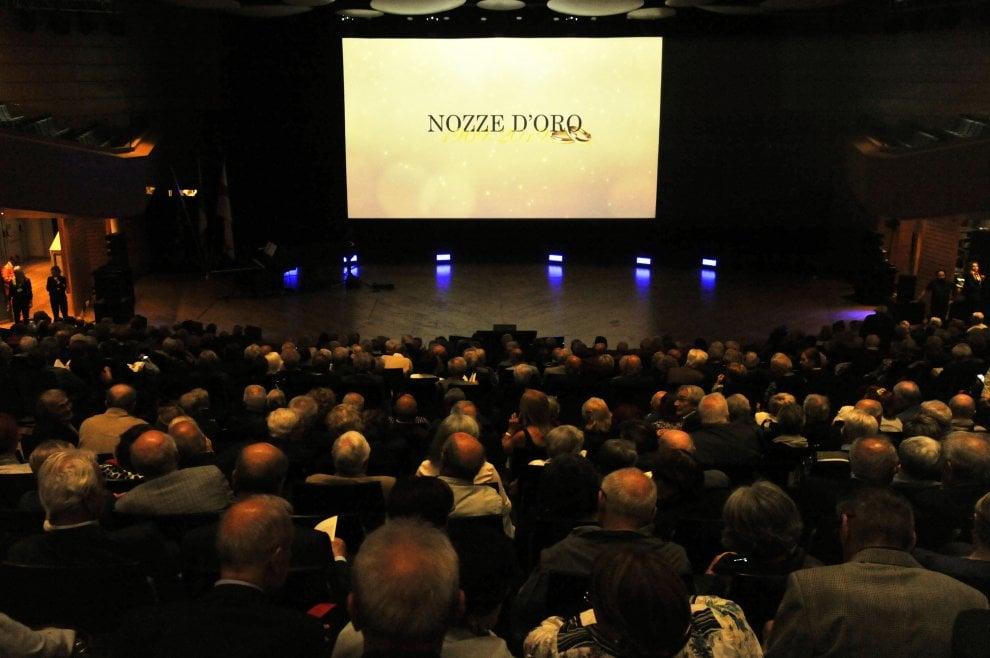 Festa per le Nozze d'oro di 3.700 coppie a Milano: musica e ricordi per i 50 anni insieme