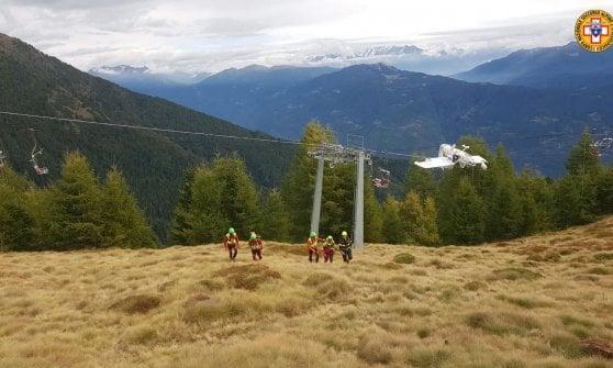 L'ultraleggero cade e si incastra tra i fili della seggiovia sulle montagne della Valtellina