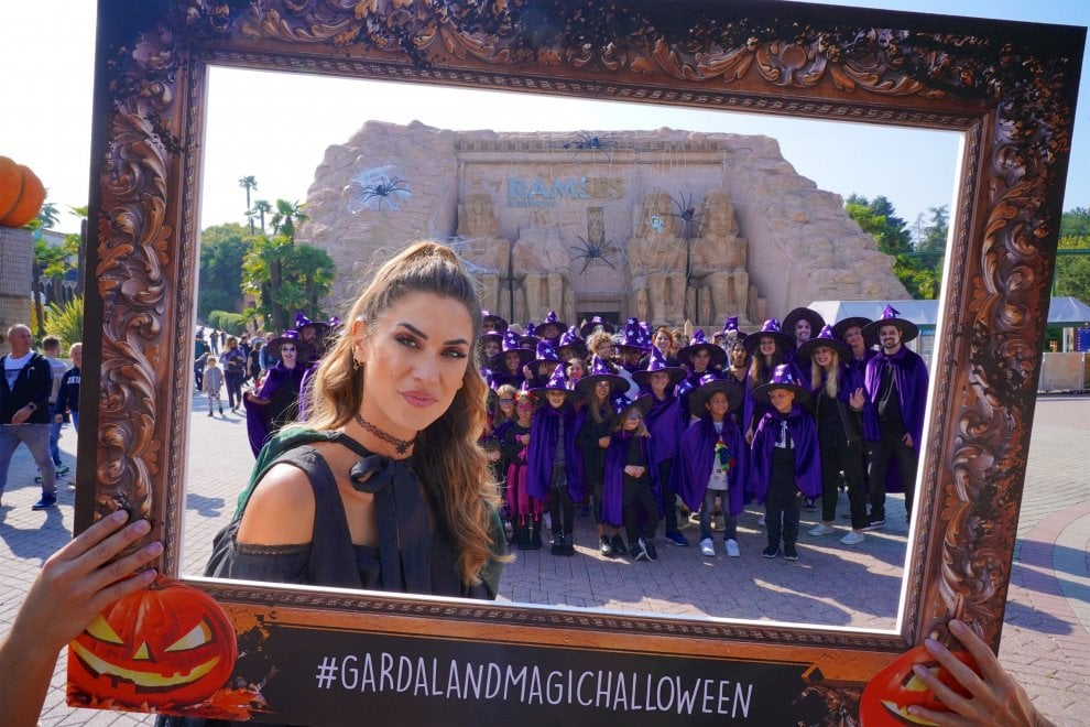 Melissa Satta madrina-strega di Gardaland in versione Halloween