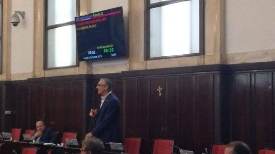 Consigliere della Lega appende crocifisso nell'aula del Comune di Milano: è polemica