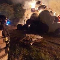 Bruciano 800 balle di fieno: incendio in una cascina in Brianza, il fumo arriva sulla A4