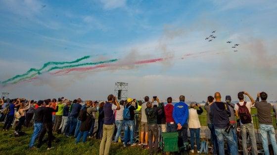 Milano, in 100 mila alla festa di Linate. Oggi l'Air show, gli aerei danno spettacolo
