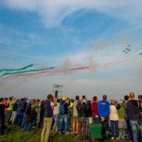 Milano, in 100 mila alla festa di Linate. Oggi l'Air show, gli aerei danno