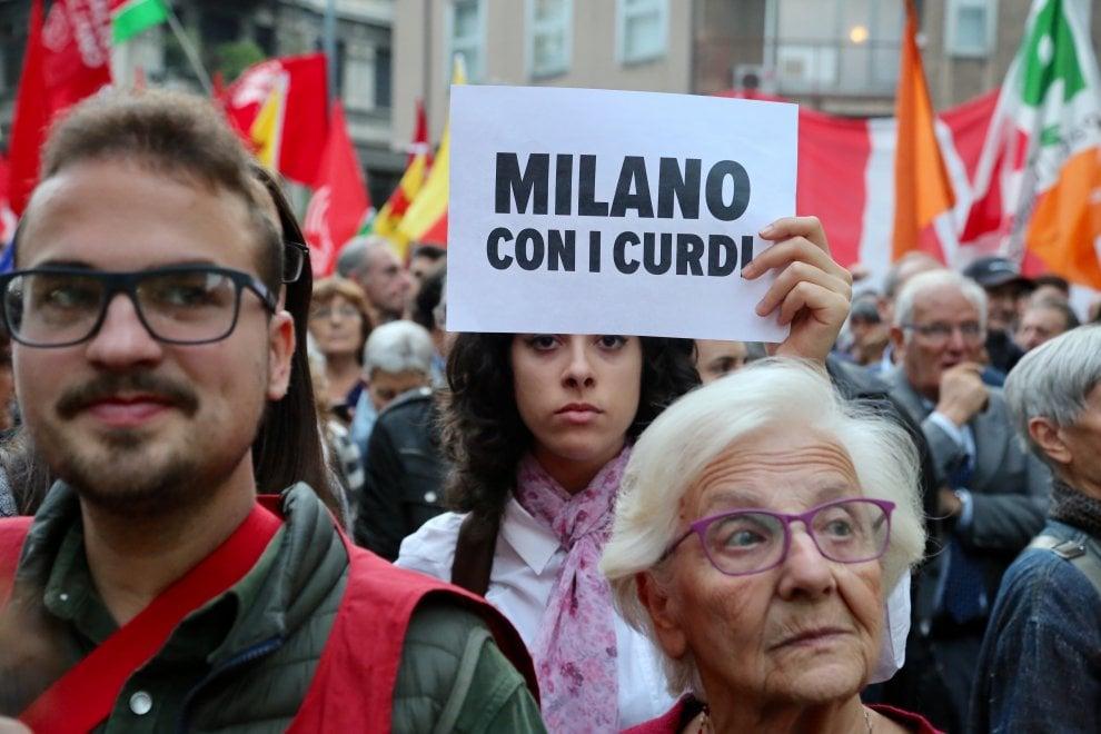 """Milano con il popolo curdo, migliaia davanti al consolato della Turchia: """"Fermatevi"""""""