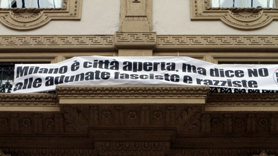 """Striscione antirazzista in Galleria a Milano, multato consigliere di sinistra: """"Faccio ricorso contro Sala"""""""