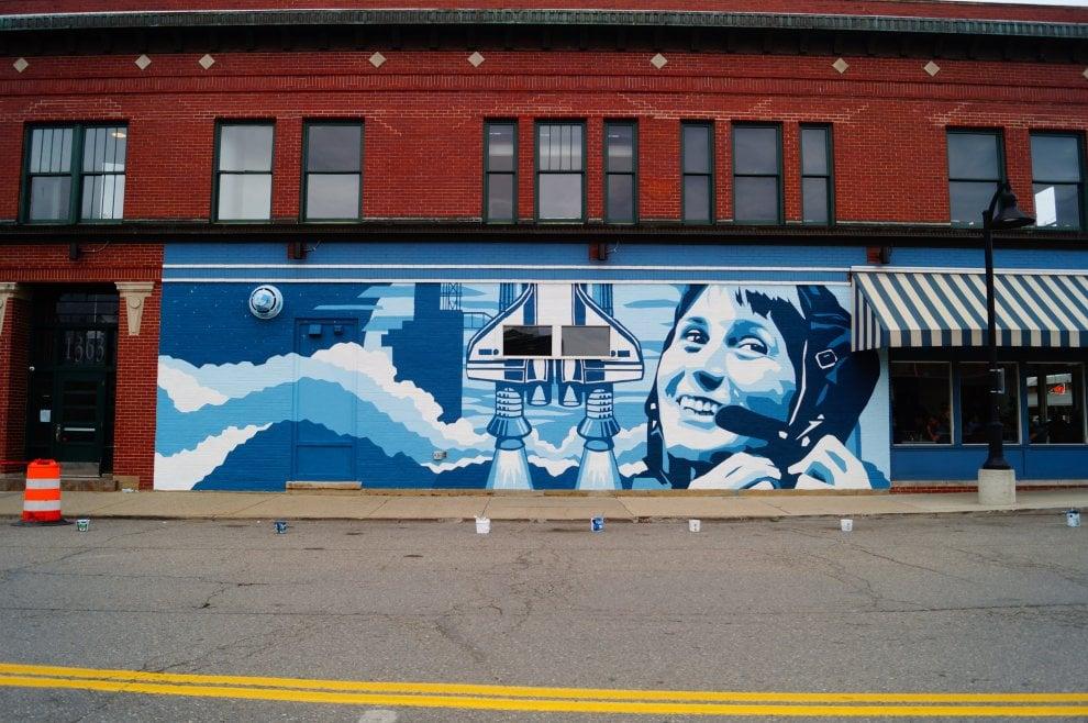 Sul muro di Detroit Astrosamantha diventa un'opera d'arte