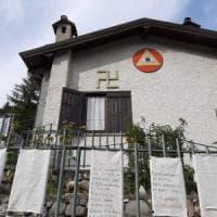 Svastica appesa sulla facciata di una villetta nel Varesotto