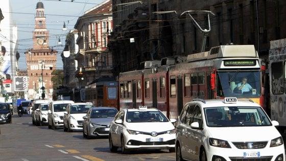 Mariti, mogli, fratelli e cugini: a Milano via alle seconde guide per aumentare l'offerta di taxi