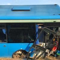 Autobus con bambini a bordo finisce fuori strada nel Milanese