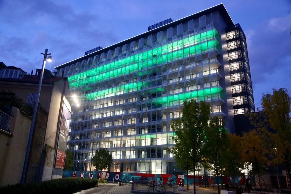 Milano, gioco di luci e colori sulla facciata del 'Rasoio'