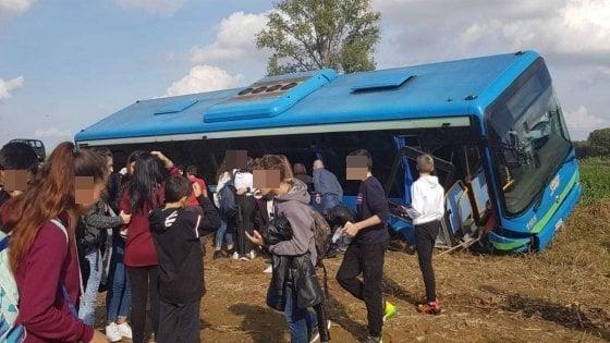 Autobus pieno di bambini finisce fuori strada: stanno bene, ma è maxi emergenza per i soccorsi