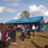 Autobus pieno di bambini finisce fuori strada: stanno bene, ma è maxi emergenza